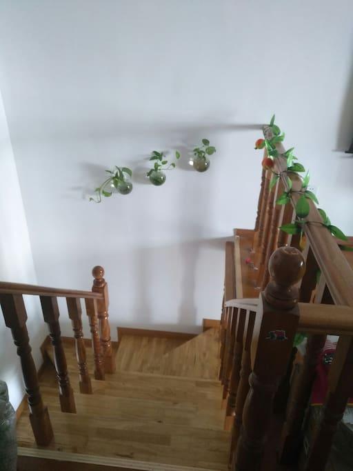 楼梯,在二楼帐篷