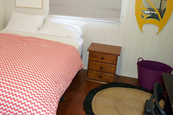 Quiet and Convenient Red Hill Share House