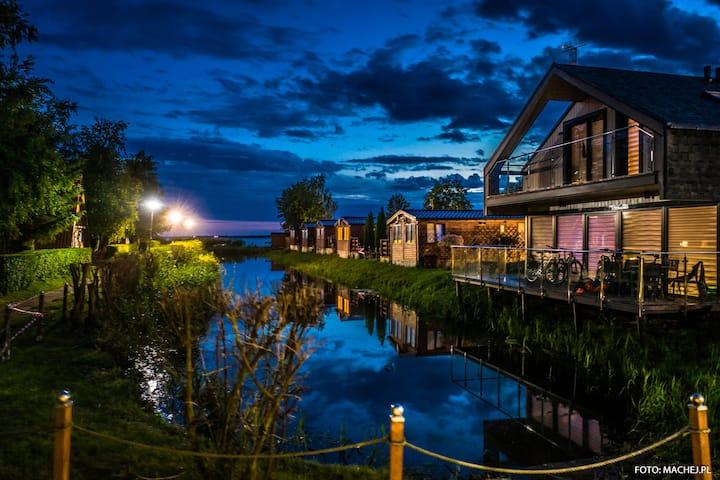 Dźwirzyno Dom wakacyjne z tarasem nad wodą.