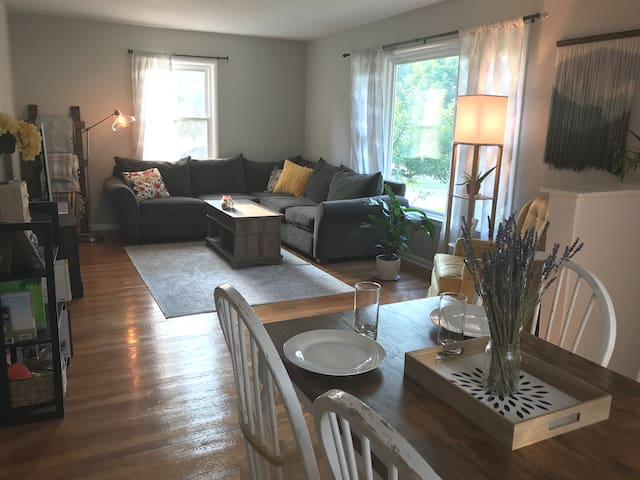 ★ Cozy Home 10 min from Downtown GR ★