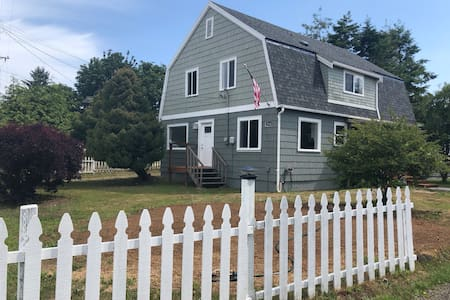 Cranberry Coast Gambrel Home, Sleeps 10 and 2.5 ba