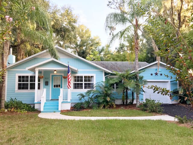 The Little Blue Bungalow, a 1940's Vintage School