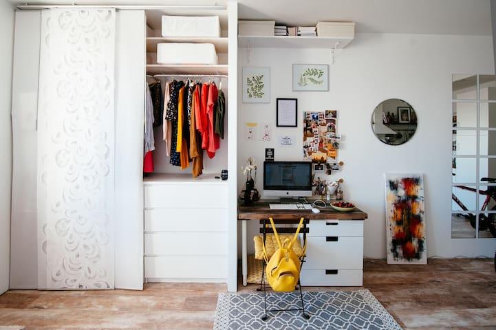 Белая дизайнерская студия у Черной Речки - Sankt-Peterburg