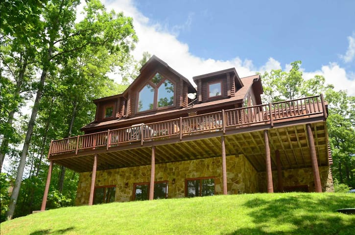 Red Moose Lodge- Lake Access Home w/ Fire Pit & Hot Tub