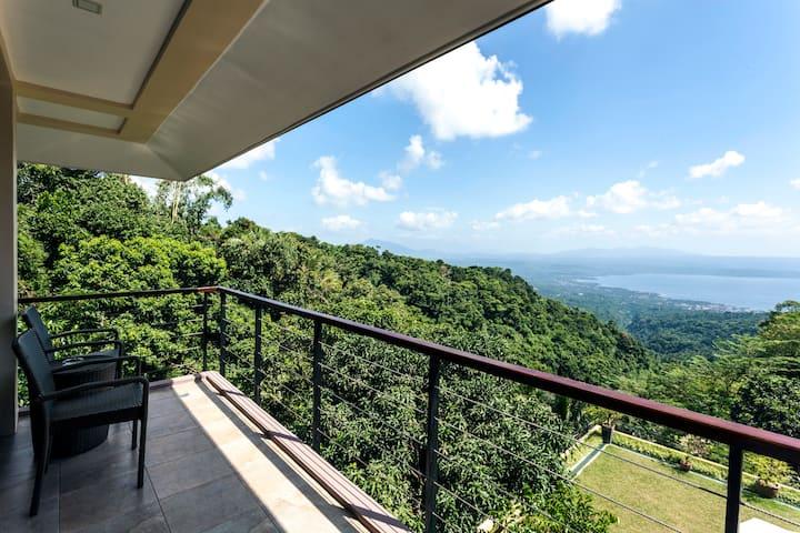 Villa Sena Tagaytay - Large area w/ stunning view