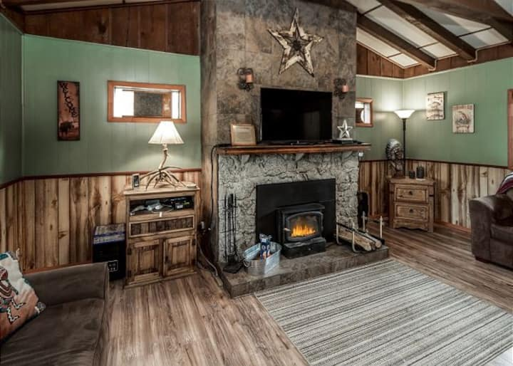 Sierra Vista Lodge: Room for the Whole Gang Plus a Hot Tub and a View!