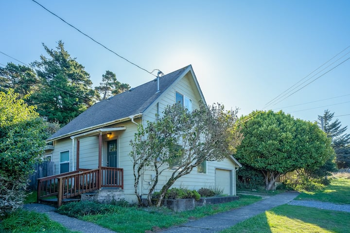 Vintage coastal cottage w/ free WiFi & incredible in-town location, dogs OK!