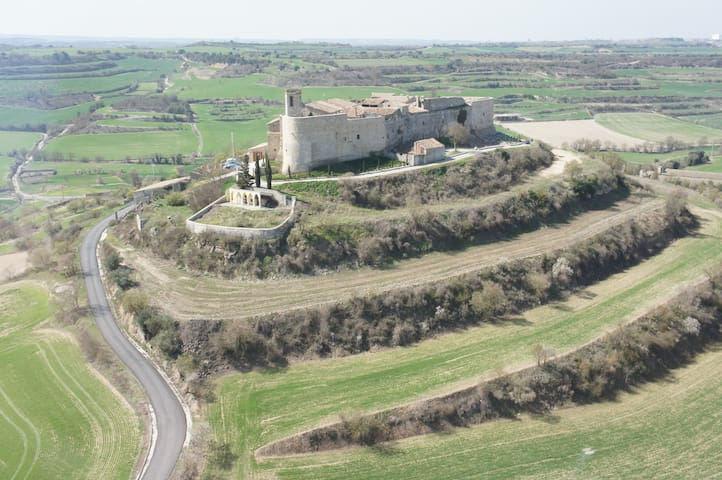 Enjoy the charm  of living in a medieval fortress! - Montfalcó Murallat - Huis