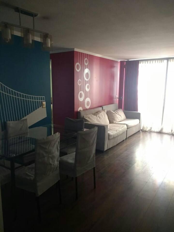 Amplia sala con un sofa 3 cuerpos y comedor 6 sillas, ventilador, lampara y equipo de musica