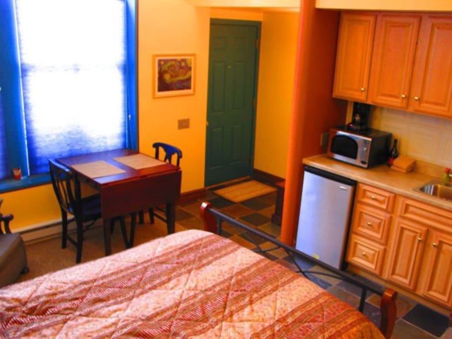 Kitchenette, dining table & chairs, private entrance.