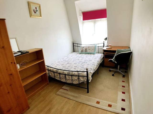 Clean and comfortable double room in Bromley