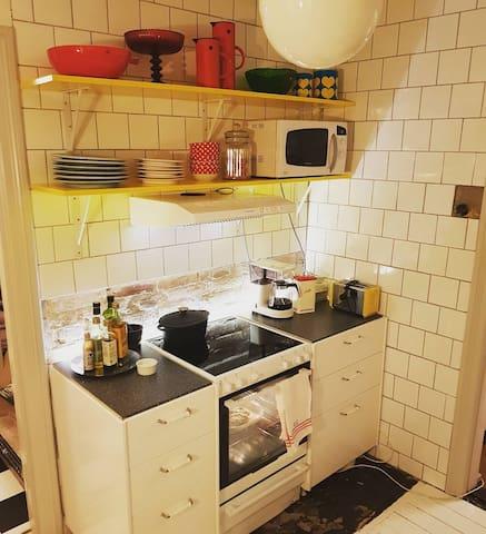 Till höger om entrén finner ni köket med anor från 20-talet.