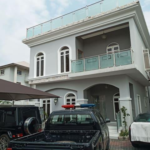 Astonishing 6 bedroom Home, Swimming Pool & gym