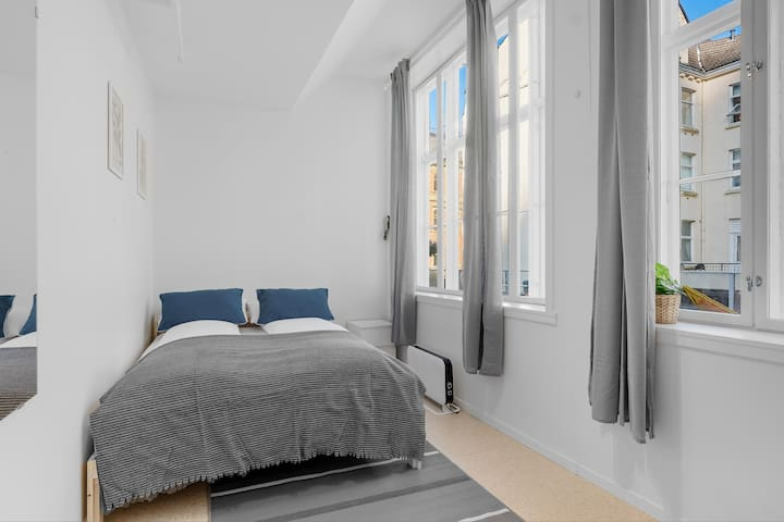 Private bright double room next to Fish Market