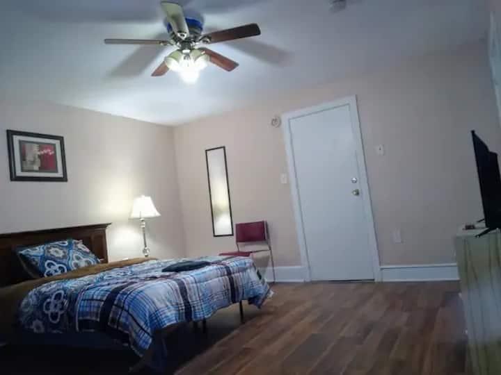 Private Room 5/ Parking/TV/ Breakfast/WEEKLY $217