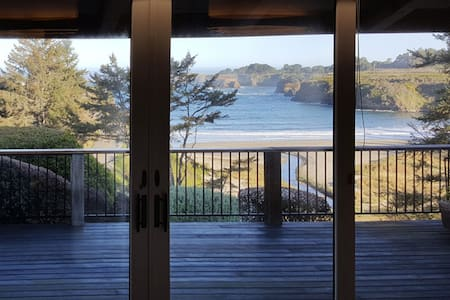 Waterfront home w/secluded garden - minutes to beaches/towns!