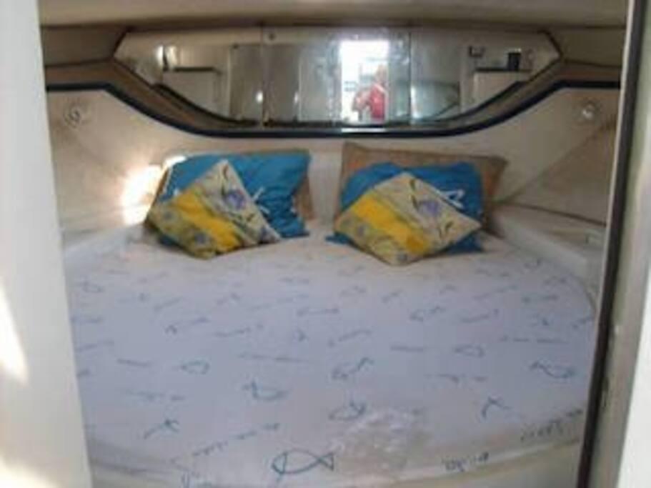 lit très large cabine avant