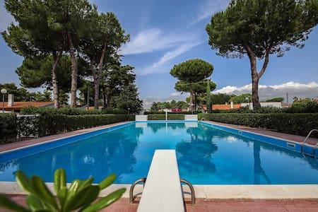 Villetta in parco verde con piscina - Paestum