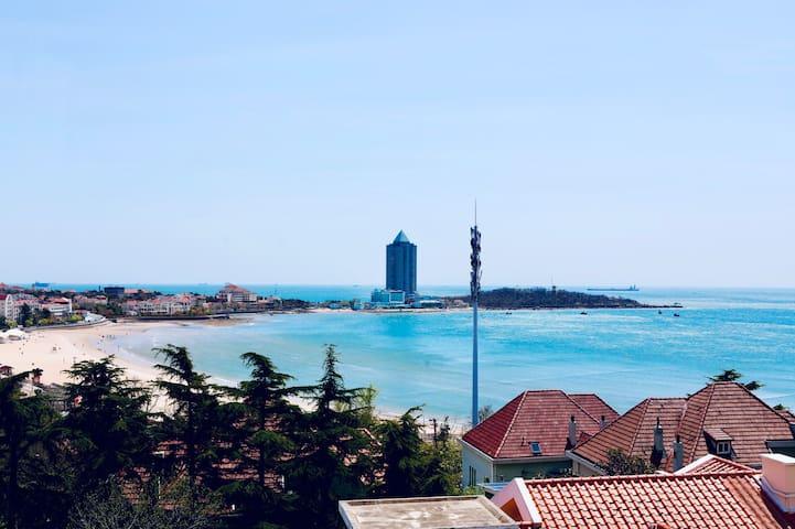 窗外就是美丽的汇泉湾第一海水浴场
