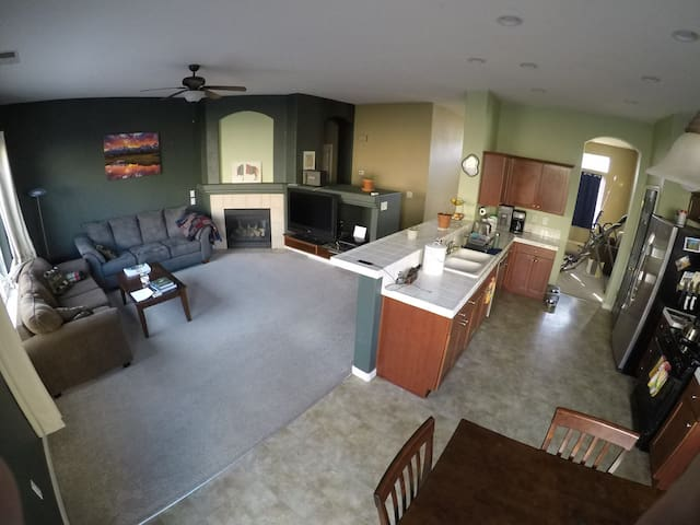 Clean room in north Reno, close to airport and DT