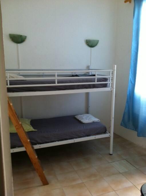 Chambre pour 2 personnes avec un lit superposé