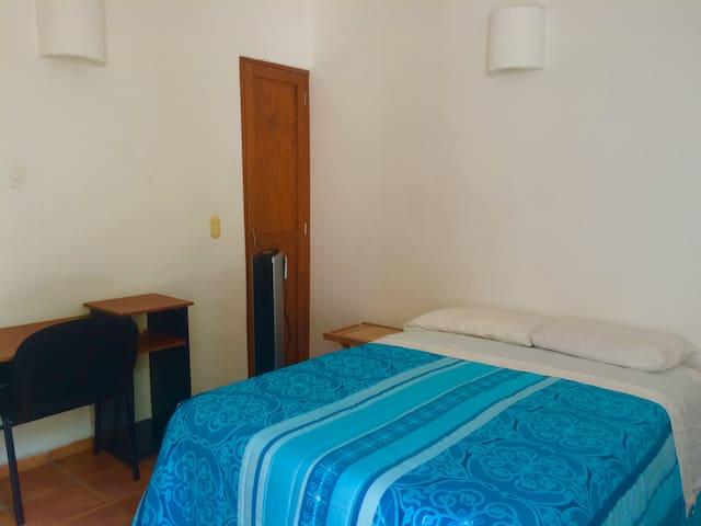 Habitación independiente de casa con baño completo - Juriquilla