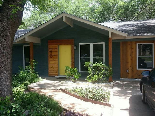 Trendy Eastside 2 BR House - Austin - Rumah