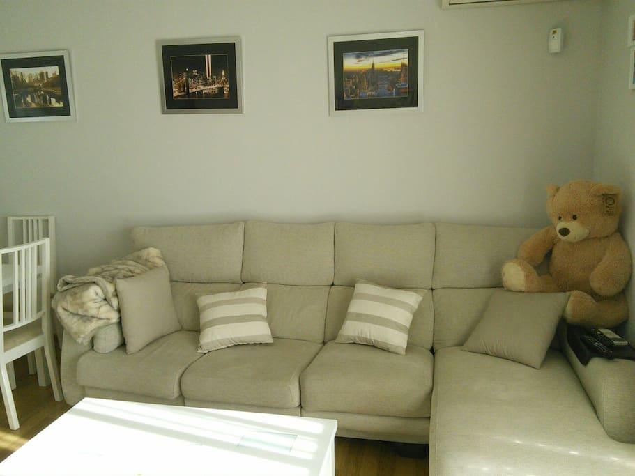 Cómodo sofá recién tapizado