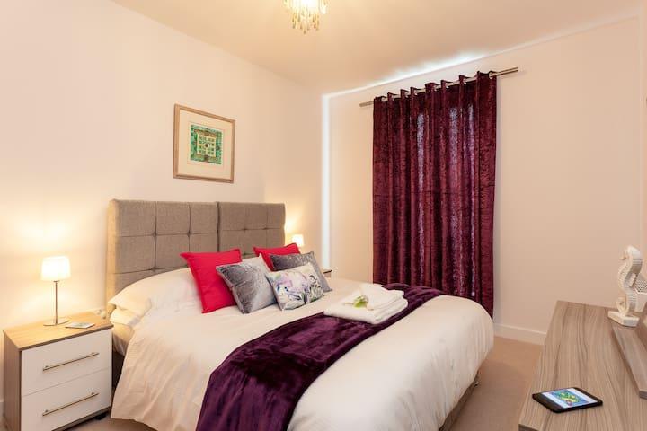 Belfry Quarters ✰ ♥ 1 bed modern✰ Redhill centre♥✰