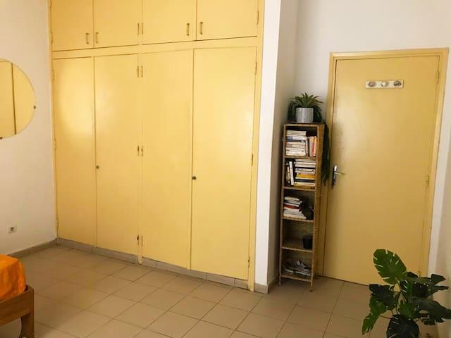 Chambre cosy avec grande douche privé à Point E