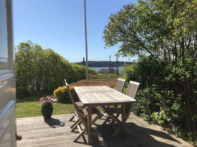 Charmig stuga med havsutsikt i skärgårdsidyll