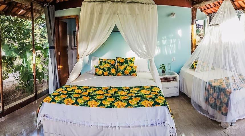 Suíte de vidro, com uma cama queem e uma cama de solteiro com auxiliar.