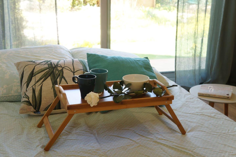 Détail du lit canapé dans le salon