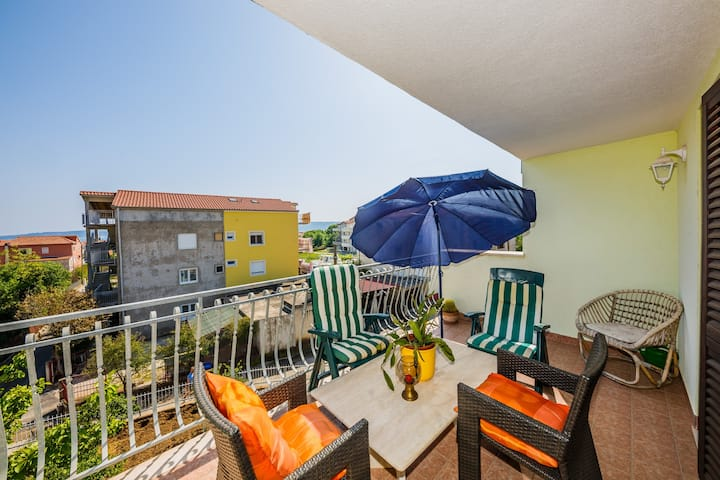 Large 110 m2 apt with balcony and the sea view