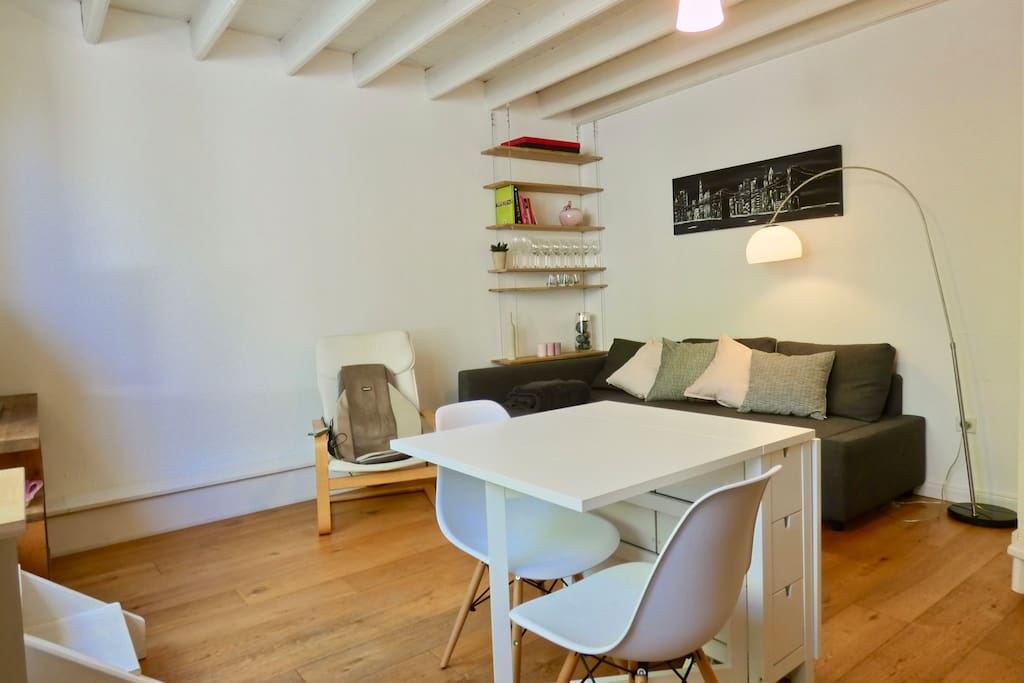 Luminous and spacious living room with a dining table for 2