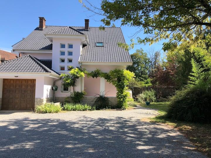 Maison*** 10/18 pers, climatisée avec grand jardin