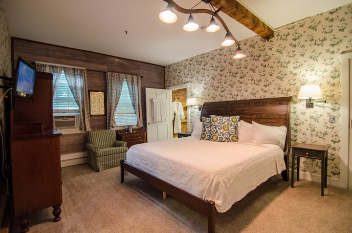 2-Room 2 King Bed Suite in Downtown Shelburne B&B, Breakfast! BARS