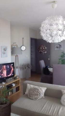 chambre privée à 35 mn en tram de BORDEAUX - Lormont - Wohnung