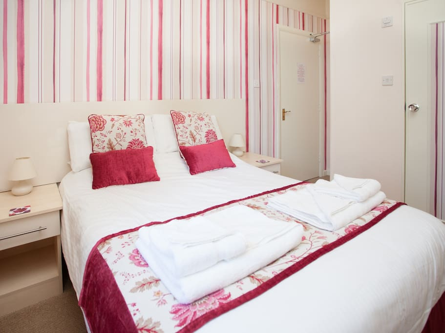 Room 3 is on the ground floor and is a lovely double room with en-suite 3