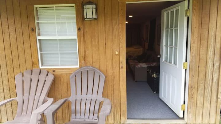 Cozy cabin close to Rucker & Enterprise shopping.
