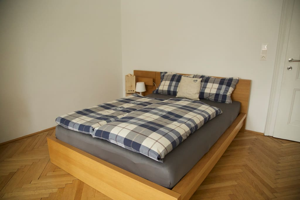 Bedroom with pine-wood ventilation system for a better sleep
