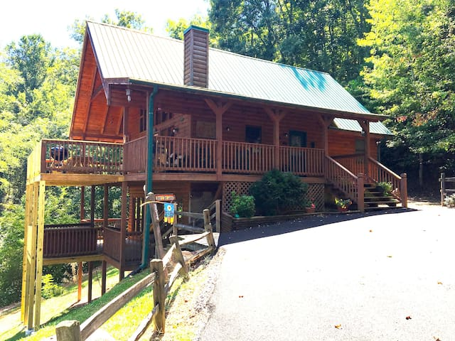 Bear's Den Lodge}Very Private with Views Sleeps 16 - Sevierville - Bungalo