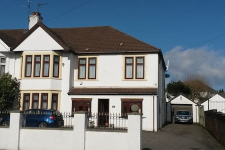 Secluded Double Bedroom in Large Home - Cardiff - Rumah
