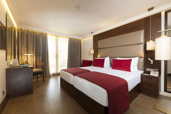 Deluxe Double or Twin Room including two cocktails