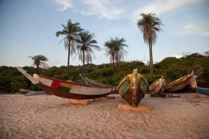 GUINEE-BISSAU. UNE CASE ET UNE PLAGE VIERGE.