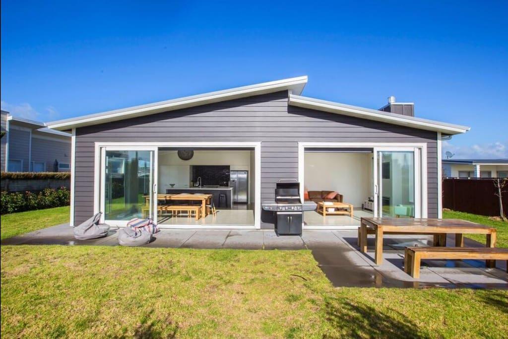 Omaha beach house houses for rent in omaha auckland for Beach house builders new zealand