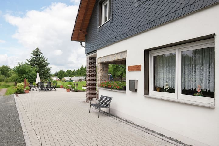 Apartment with covered terrace in Thuringia, at the Bergsee/reservoir Ratscher
