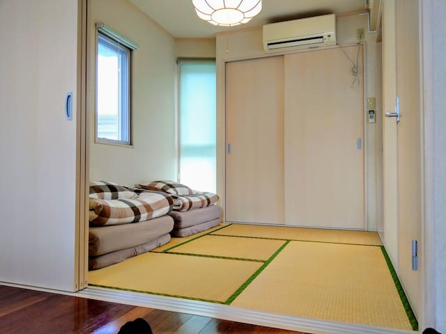 You can experience the tatami in a Japanese-style room 3F. 和室  The photograph at the time of four reservations. When it is three reservations, it is one futon.