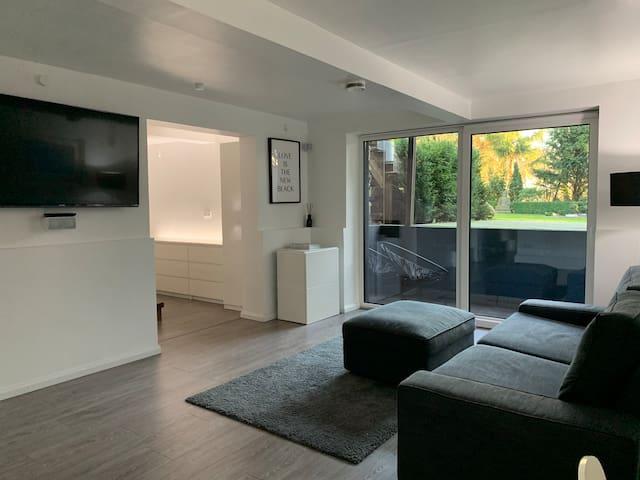 """Wohnzimmer mit 55"""" TV & Gartenblick / Livingroom with 55"""" Flat TV & gardenview"""