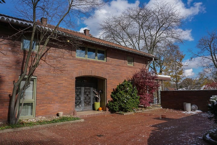 Mid Modern 2 Bedroom Apartment in Squirrel Hill